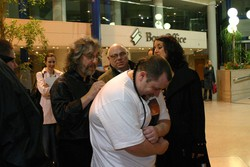 Gordon signs a T shirt after the concert